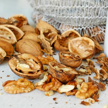 Jak nalouskat vlašské ořechy bez louskáčkum pomocí nože