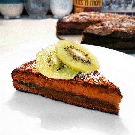 Dýně se vkuchyni chová podobně jako brambory stím rozdílem, že má nasládlou chuť a mnohem méně sacharidů. Proto ji lze výborně využít jako základ pro těsto na skvělý a nízkokalorický fitness dort - zdravý recept Bajola