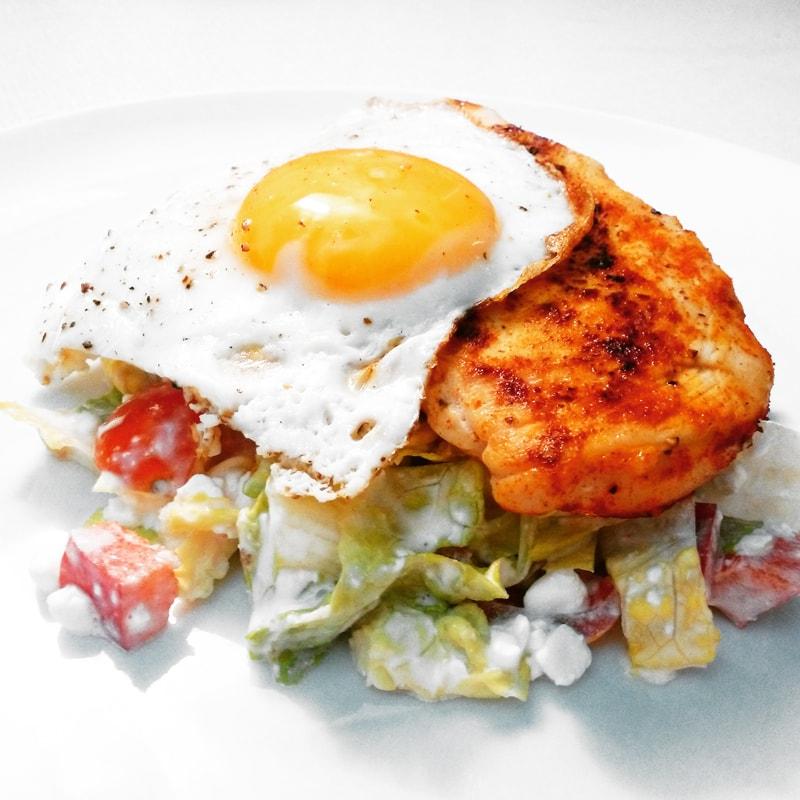 Fitness kuřecí prso s volským okem a salátem - zdravý recept Bajola