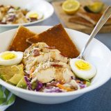 Fitness kuřecí salát s vejcem a avokádem - zdravý recept Bajola