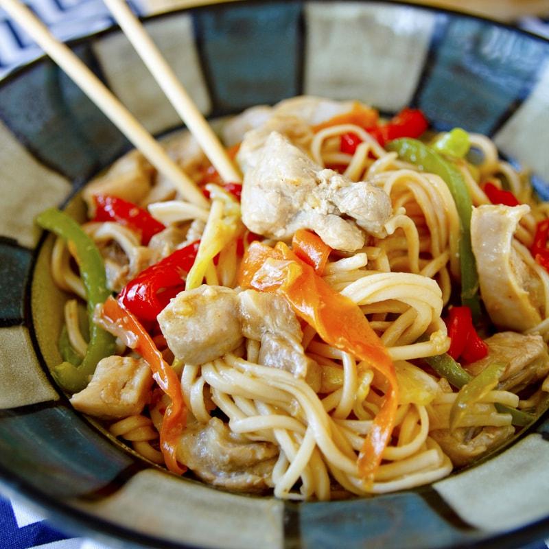 Čínské nudle Lo Mein s kuřecím masem a zeleninou - recept Bajola